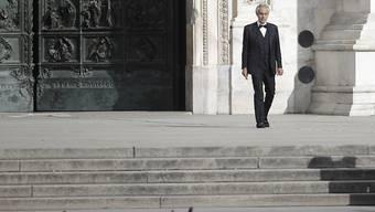 """Im leeren Mailänder Dom hat der Tenor Andrea Bocelli ein besonderes Osterkonzert gegeben. Der 61-Jährige sang am Sonntag unter anderem die Arie """"Sancta Maria"""" des italienischen Komponisten Pietro Mascagni."""