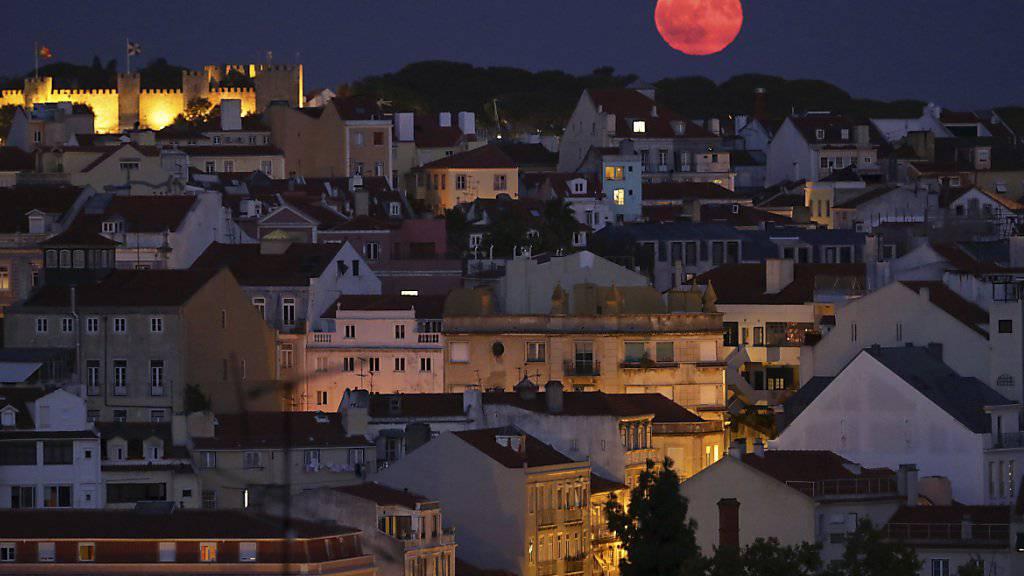 Aufatmen in Portugal: Die amerikanische Ratingagentur S&P stuft die Finanzlage des Landes nicht mehr auf Ramsch-Niveau ein. (Archivbild Lissabon)