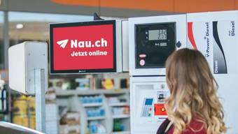 Sich informieren an der Zapfsäule: Das neue Online-Portal nau.ch liefert Nachrichten an die Tankstelle.