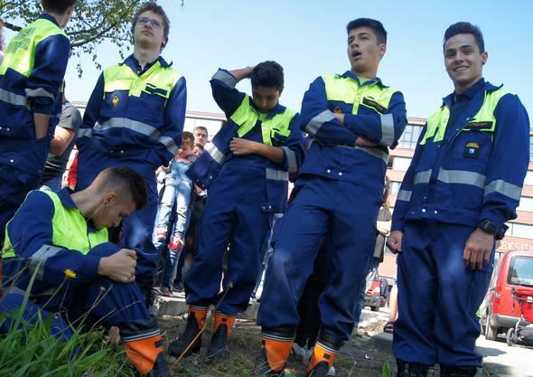 Die Jugendlichen von der Jugendfeuerwehr Schlieren schauen interessiert zu.
