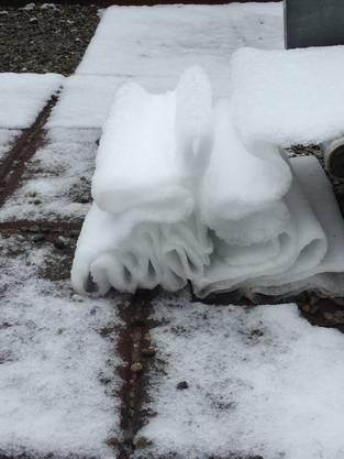 Unglaublich, was der Schnee für Formen annehmen kann beim Abgleiten auf einer Kinderrutschbahn!
