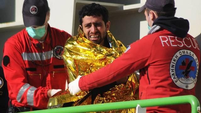 Rettungskräfte kümmern sich um einen Flüchtling