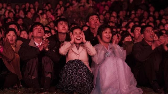 Nordkoreaner bestaunen das Feuerwerk zu Ehren Kim Jong Uns