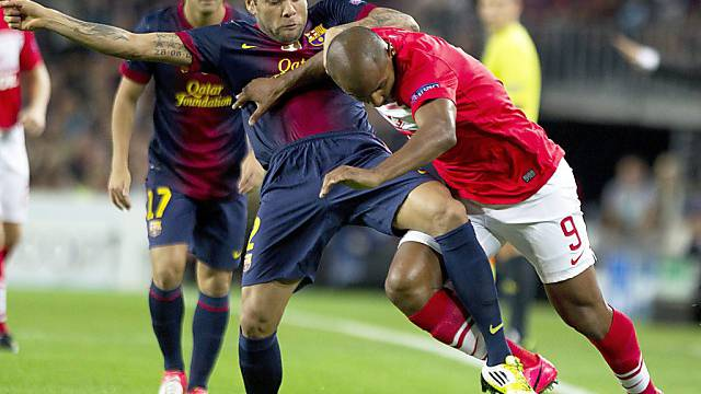 Barcelonas Verteidiger Dani Alves (links) im Duell mit Spartak-Stürmer Ari