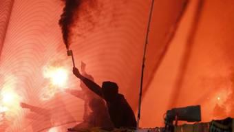 Berner Fans zünden Feuerwerkskörper im Stade de Suisse