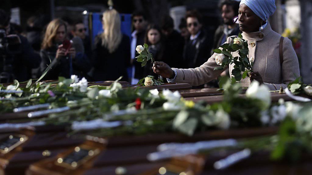 Blumen für die Ertrunkenen bei der Beerdigung in Salerno.