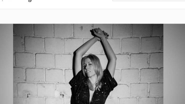 Diese angedeutete Sado-Maso-Pose bescherte Sara Bachmann zahlreiche ein- und zweideutige Kommentare. (Ausriss Instagram)