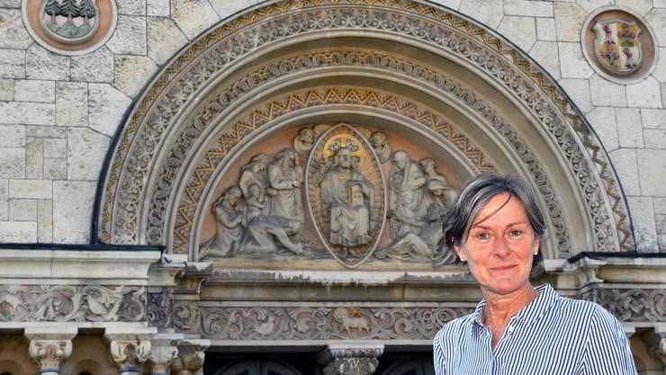Trudi Wey vor der Oltner St. Martins-Kirche