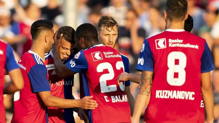 Basels Kevin Bua, 2.v.l., trifft zum 0:2 und lässt sich feiern.