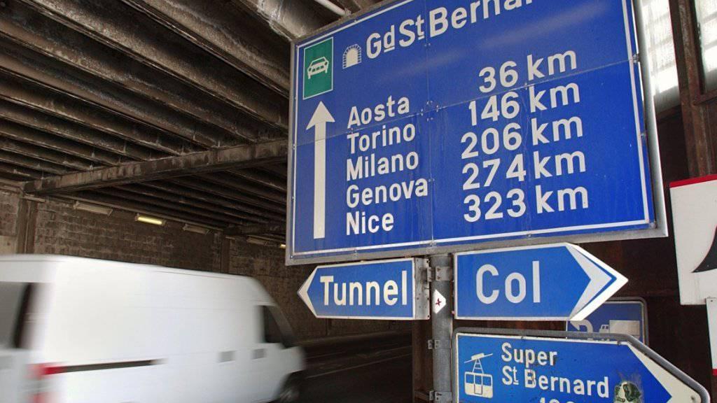 Der Tunnel Grosser St. Bernhard zwischen dem Wallis und Italien ist bis am 8. Oktober wegen eines technischen Defekts gesperrt. Autofahrer müssen über den Pass ausweichen, Lastwagenfahrer benutzen den Simplonpass. (Archivbild)