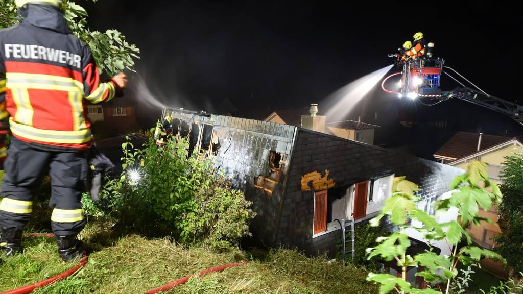 Einfamilienhaus durch Brand zerstört – Besitzer verletzt