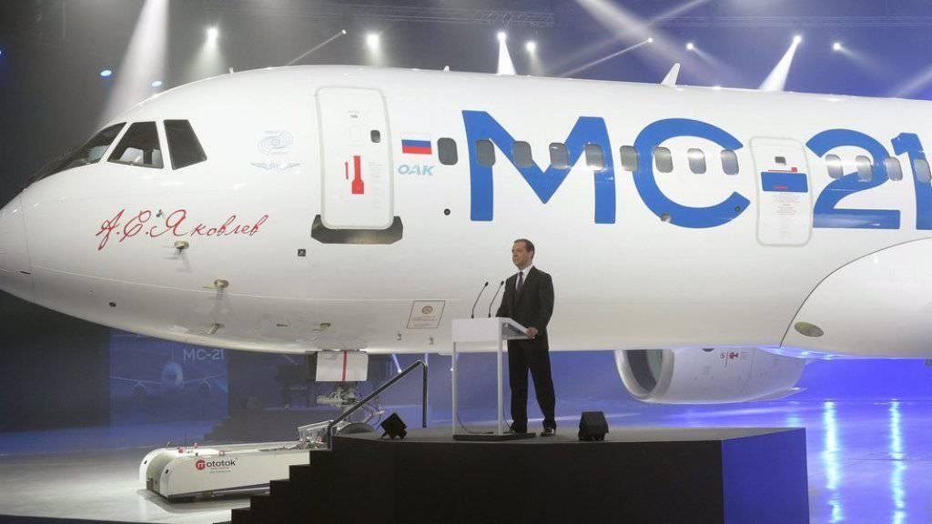 Regierungschef Dmitri Medwedew stellt den neuen Jet als «Stolz der russischen zivilen Luftfahrt» vor.