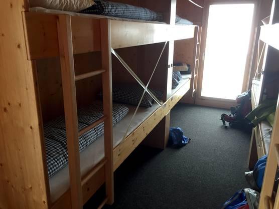 Blick in ein Schlafzimmer, wo jedes zweite Bett gesperrt ist.