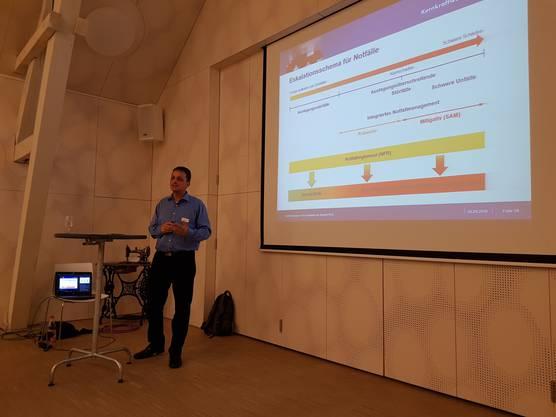 Referent Thomas Bichsel über das Eskalationsschema für Notfälle