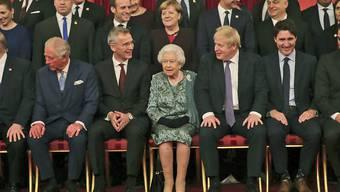 Der Gipfel zum 70. Gründungsjahr der Nato hatte am Dienstagabend mit einem Empfang bei der britischen Königin Elizabeth II. (Mitte) begonnen. Am Mittwoch wollen die Staats- und Regierungschefs unter anderem erstmals eine Haltung gegenüber der aufstrebenden Militärmacht China festlegen.