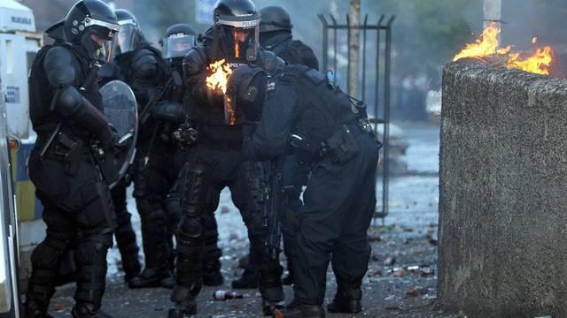 Polizisten unter Attacken der gewaltbereiten Marschteilnehmer