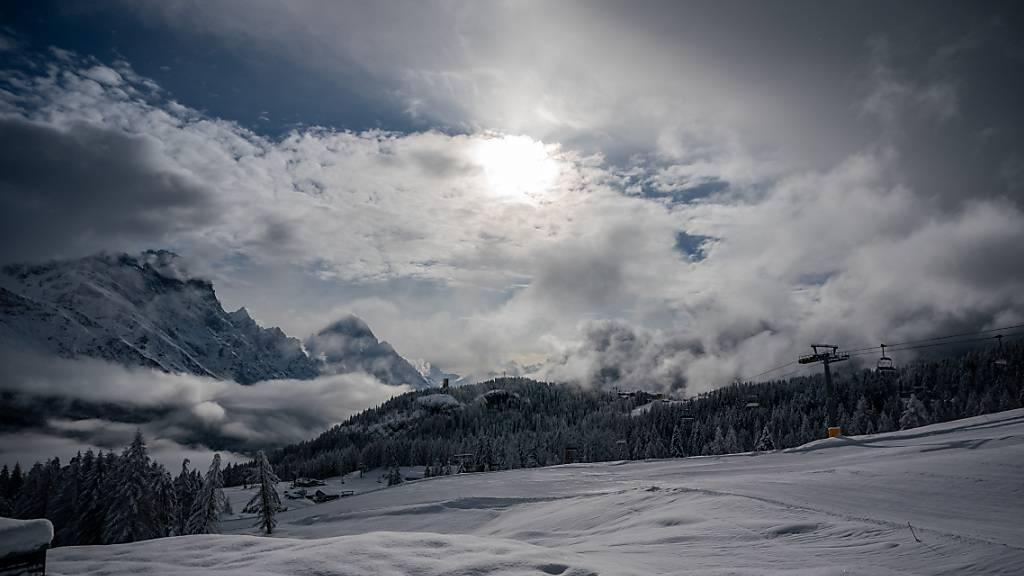 Viel Neuschnee liegt an der Piste im Skigebiet der Tofana in Italien. Dort findet derzeit die Ski alpin Weltmeisterschaft statt. Foto: Michael Kappeler/dpa