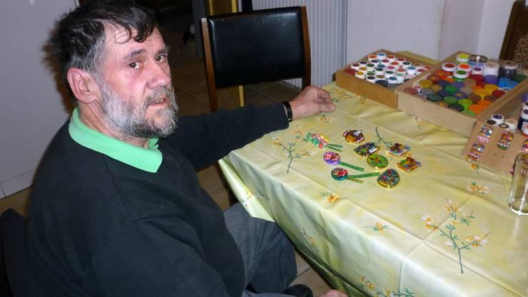Richard Werlen präsentiert in seiner Wohnung einige seiner farbigen und verzierten Kunstwerke.  tru