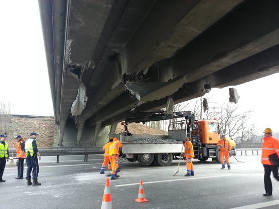 Dieser rammte die Brücke bei der Durchfahrt