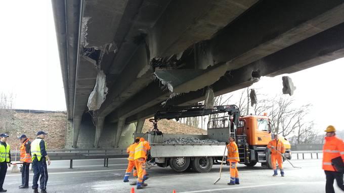 Die Brücke bleibt für motorisierten Verkehr gesperrt, nur Fussgänger und Velofahrer dürfen die Autobahn über die Brücke überqueren