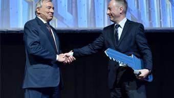 Schlüsselübergabe: links der scheidendende VR-Präsident E. Schweickardt mit Nachfolger Jens Alder.