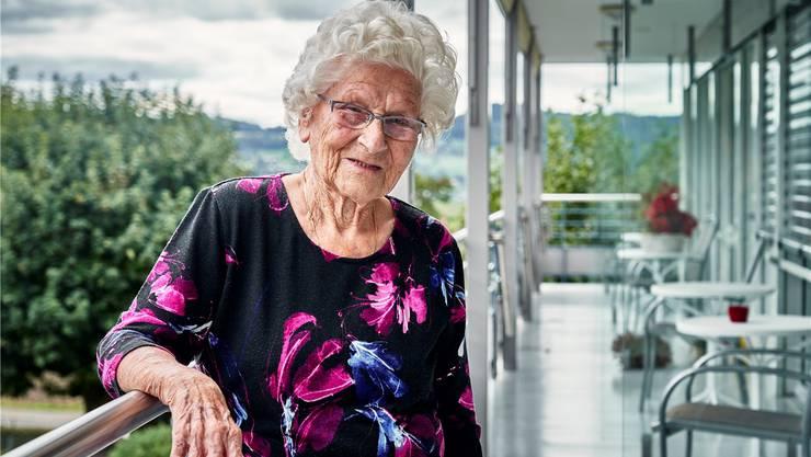 Trudy Stutz feiert heute ihren 100. Geburtstag. Seit einem Jahr wohnt sie im Seniorenzentrum Eichireben in Sarmenstorf. Bild: Colin Frei