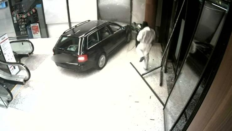 Mit dem gestohlenenen Audi hat der Fahrer mehrmals die obere Sicherheitstüre gerammt – ohne Erfolg.