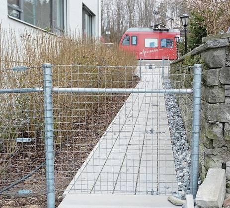 Inzwischen wurden die beiden Tore durch zwei Zäune ersetzt, wie dieses aktuelle Bild zeigt – die Wegbenutzung ist absolut unerwünscht.