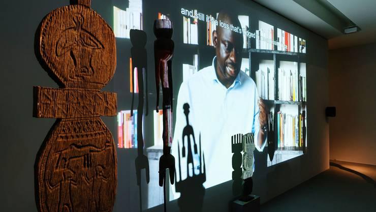 Zum Film von Kader Attia über Rückgabe und Raub werden Objekte aus Afrika gezeigt, die Schatten werfen.