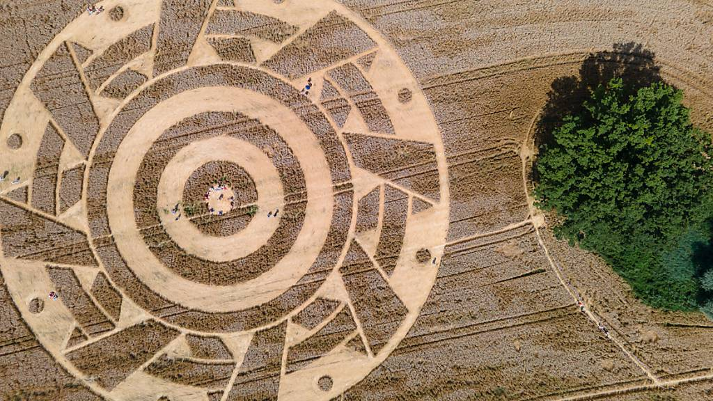 Kornkreis in süddeutschem Weizenfeld lockt Schaulustige an