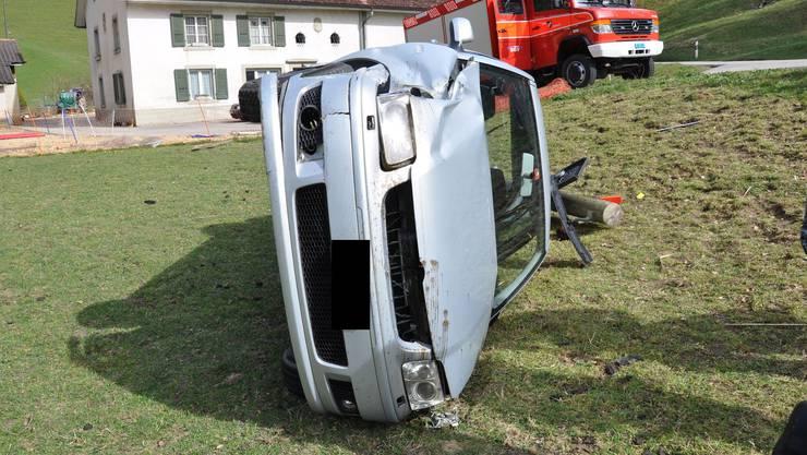 Das Auto kam auf der Fahrerseite liegend zum Stillstand.