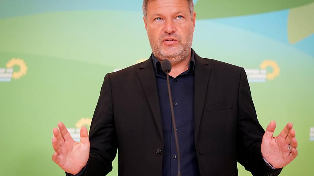 Robert Habeck, Bundesvorsitzender von Bündnis 90/Die Grünen, macht deutlich, dass erst nach den Koalitionsverhandllungen personelle Entscheidungen getroffen werden. Foto: Kay Nietfeld/dpa