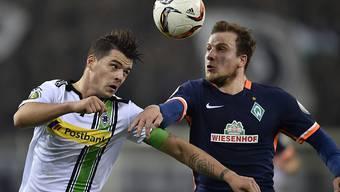 Bremens Philipp Bargfrede (rechts) bietet Gladbach-Captain Granit Xhaka die Stirn