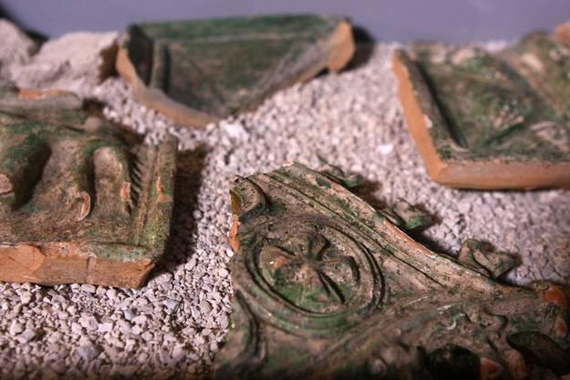 Teile des im Administrationsteil gefundenen Kachelofens
