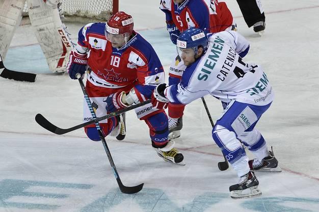 Moskaus Sergei Fedorov (links) kämpft mit Rochesters Daniel Catenacci um den Puck.