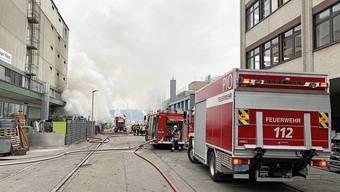 Bei vielen Einsätzen – hier der Brand einer Garage in Muttenz – werden Milizfeuerwehrleute aufgeboten.