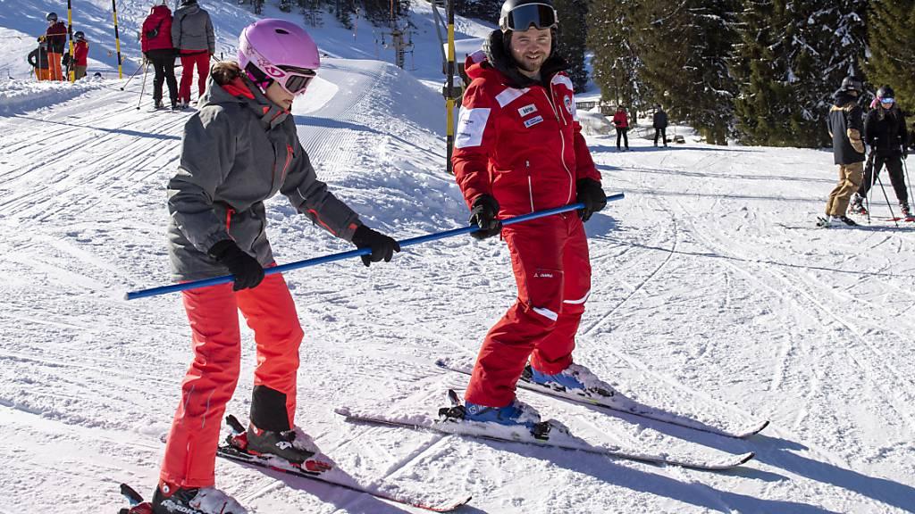 Jugend- und Sportlager - zum Beispiel im Schnee - erhalten vom Bund mehr Geld. (Themenbild)