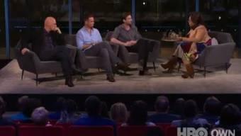 Die drei Männer sprechen mit Oprah.