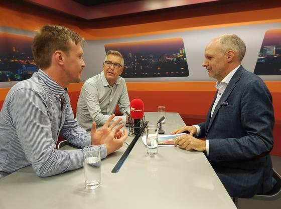 Die beiden Sportreporter Séêbastian Wendel (links) und Ruedi Kuhn im Gespräch mit Moderator Rolf Cavalli.
