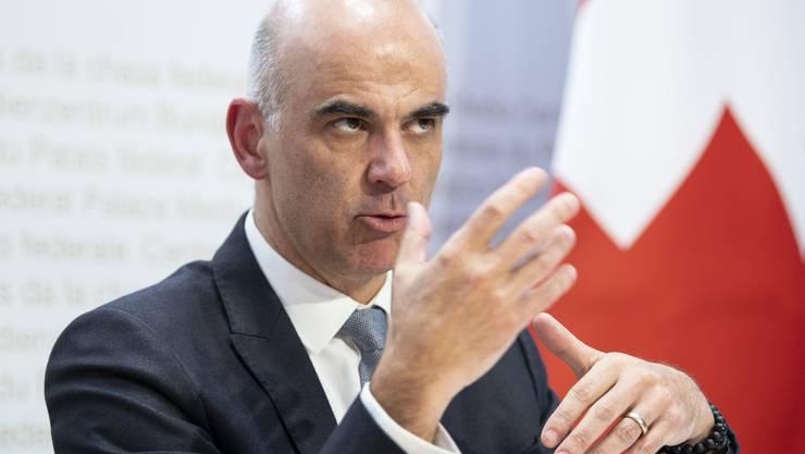 Bundesrat Alain Berset spricht an einer Medienkonferenz, am Donnerstag, 26. November 2020, in Bern. (KEYSTONE/Peter Schneider)