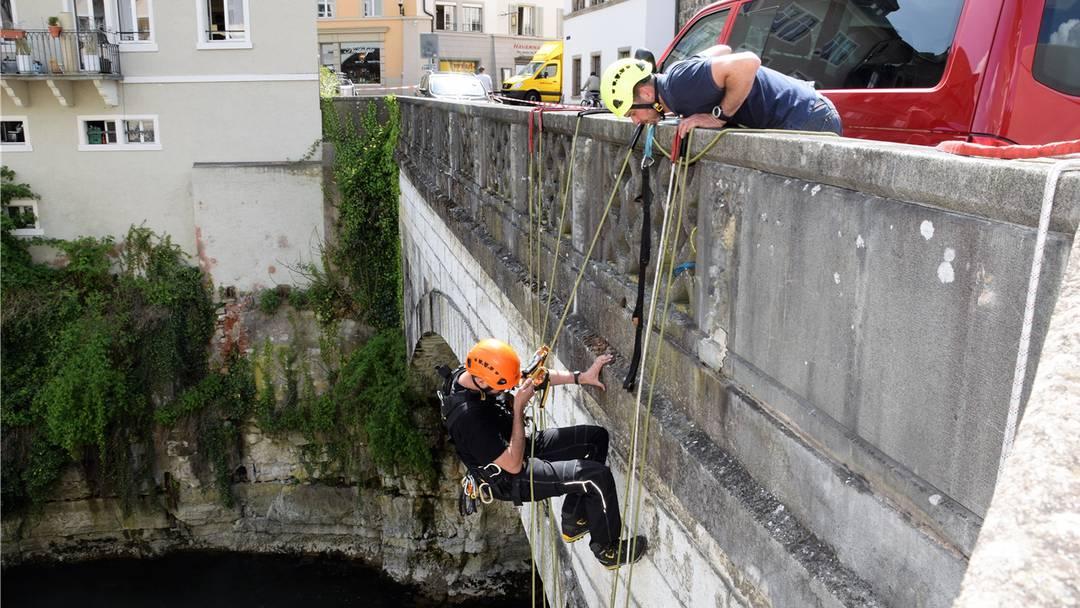 Bei der Arbeit: Die Mitarbeiter des Ingenieurbüros untersuchen die alte Aarebrücke.