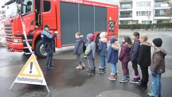 Die Kinder freuen sich auf den Einstieg in die Fahrerkabine.