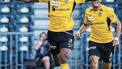 Der Berner Christoper Martins bejubelt den entscheidenden Treffer zum 2:1.