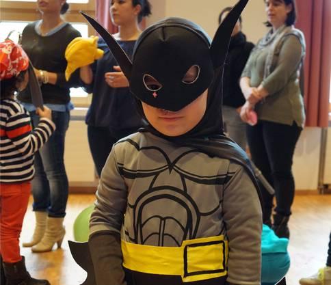 Leo (5) kommt aus Dietikon und mag Superhelden. Das sieht man seinem Kostüm auch an. Der kleine Batman posiert stolz vor der Kamera.