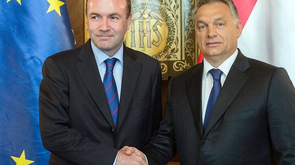 ARCHIV - Ungarns Ministerpräsident Viktor Orban (r) schüttelt EVP-Chef Manfred Weber die Hand. Foto: Szilard Koszticsak/MTI/dpa