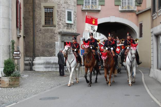 Einmarsch der berittenen Artillerie-Musik Solothurn ins Städtli Wangen a. A.