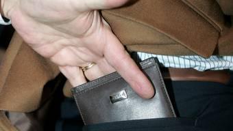 Wenige Sekunden reichen schon und das Portemonnaie ist weg (Themenbild).