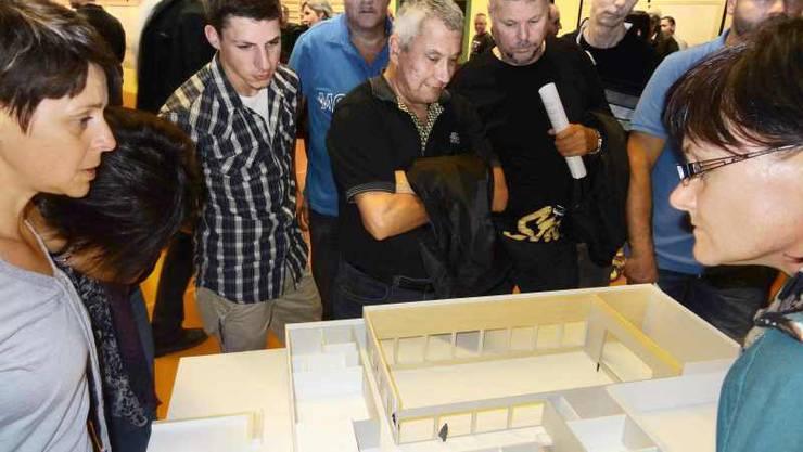 Bevölkerung an der Präsentation des Siegermodells aus dem Projektwettbewerb für ein Mehrzweckgebäude in Wittnau