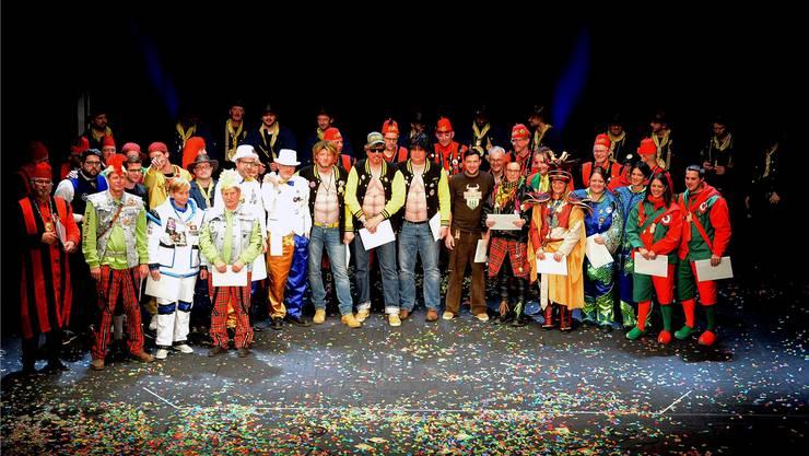 Verdienstvolle Fasnächtler auf der Bühne; gut zwei Dutzend von ihnen konnten heuer die Auszeichnung entgegennehmen.