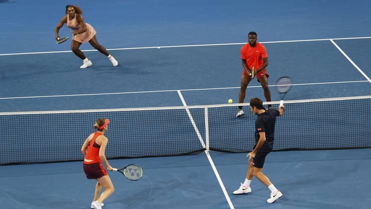 Roger Federer and Belinda Bencic in Aktion gegen das US-amerikanische Team mit Frances Tiafoe und Serena Williams